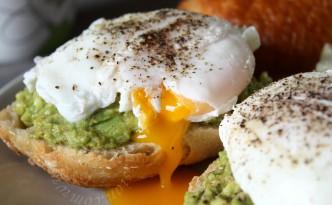 Purée d'avocats et œufs pochés sur baguette - Mashed avocados & poached eggs on baguette toasts