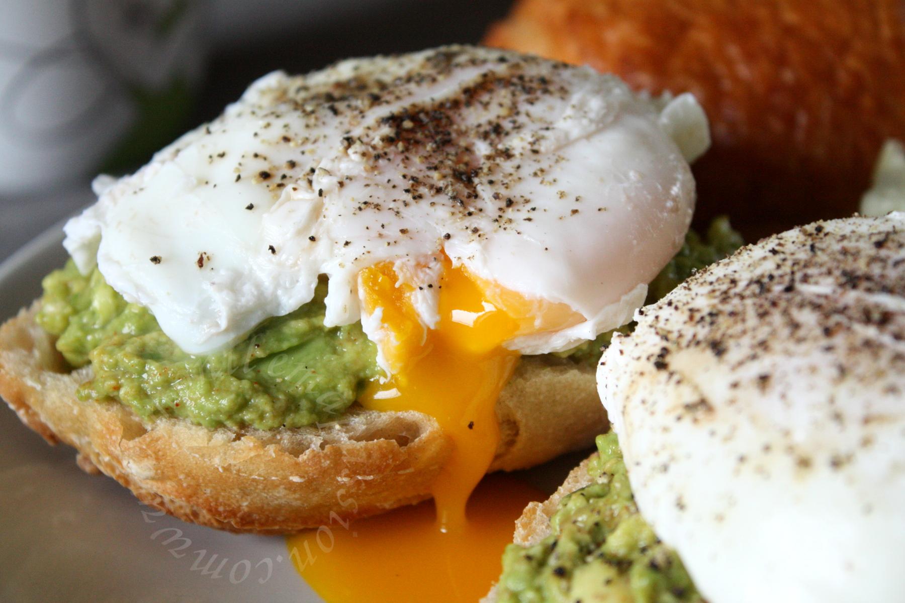 Purée d'avocats et œufs pochés sur baguette – Mashed avocados & poached eggs on baguette toasts