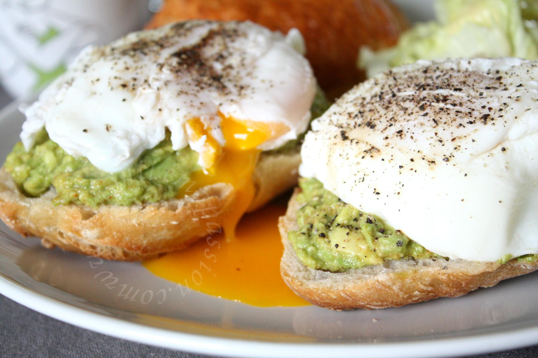 Purée d'avocats et œufs pochés sur baguette - Mashed avocados & poached eggs on baguette toastsNotre brunch du dimanche, tartine de pain baguette à l'ancienne, avec une petite purée d'avocat et œufs pochés. Une vraie tuerie! C'était mon premier essai d'œuf poché, je n'étais pas très confiante au départ :D mais vu le résultat, je pense m'en être bien tirée. Il faut vraiment des œufs extra frais pour faire des œufs pochés, et surtout de bonne qualité, oubliez les œufs marqués du chiffre 2 et 3. Privilégiez des œufs classés 1 ou bio à bon entendeur... Mon petit doigt m'a dit qu'une petite Célia adore les œufs pochés, alors je te dédie cette recette, ma grande ^_^. Ta maman te fera de gros bisous pour moi, ainsi qu'à ta sœur :D Je vous propose un lien pour savoir comment procéder pour la réalisation des œufs pochés: un clic ici: http://chefsimon.lemonde.fr/oeufs-poches.html Purée d'avocats et œufs pochés sur baguette – Mashed avocados & poached eggs on baguette toastsPurée d'avocats et œufs pochés sur baguette - Mashed avocados & poached eggs on baguette toastsNotre brunch du dimanche, tartine de pain baguette à l'ancienne, avec une petite purée d'avocat et œufs pochés. Une vraie tuerie! C'était mon premier essai d'œuf poché, je n'étais pas très confiante au départ :D mais vu le résultat, je pense m'en être bien tirée. Il faut vraiment des œufs extra frais pour faire des œufs pochés, et surtout de bonne qualité, oubliez les œufs marqués du chiffre 2 et 3. Privilégiez des œufs classés 1 ou bio à bon entendeur... Mon petit doigt m'a dit qu'une petite Célia adore les œufs pochés, alors je te dédie cette recette, ma grande ^_^. Ta maman te fera de gros bisous pour moi, ainsi qu'à ta sœur :D Je vous propose un lien pour savoir comment procéder pour la réalisation des œufs pochés: un clic ici: http://chefsimon.lemonde.fr/oeufs-poches.html Purée d'avocats et œufs pochés sur baguette – Mashed avocados & poached eggs on baguette toasts